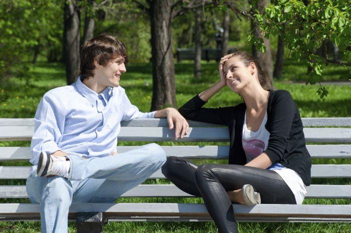 парень и девушка на лавочке